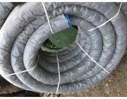 Однослойная дренажная гофрированная труба SN 4 с перфорацией и с геотекстильным фильтром ПНД (Россия) D=110 мм (бухта 50 м)
